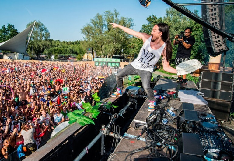 fan ruins party after throwing cake back at aoki amp his dj